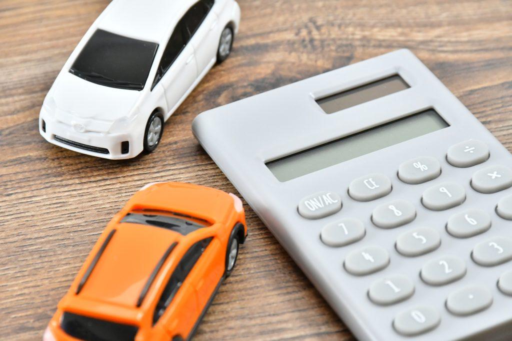 自動車税をモチーフにしたミニカーと電卓