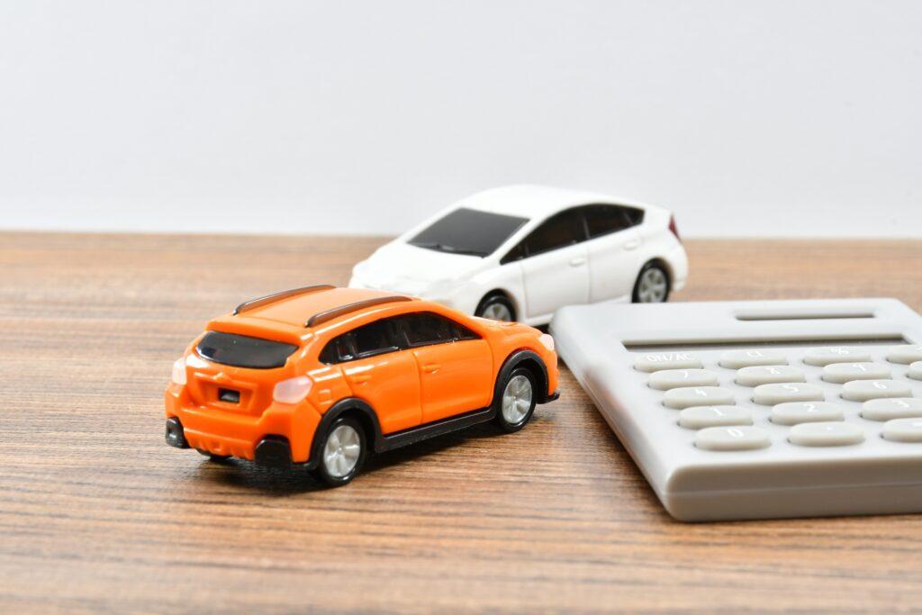 自動車のミニカーと電卓