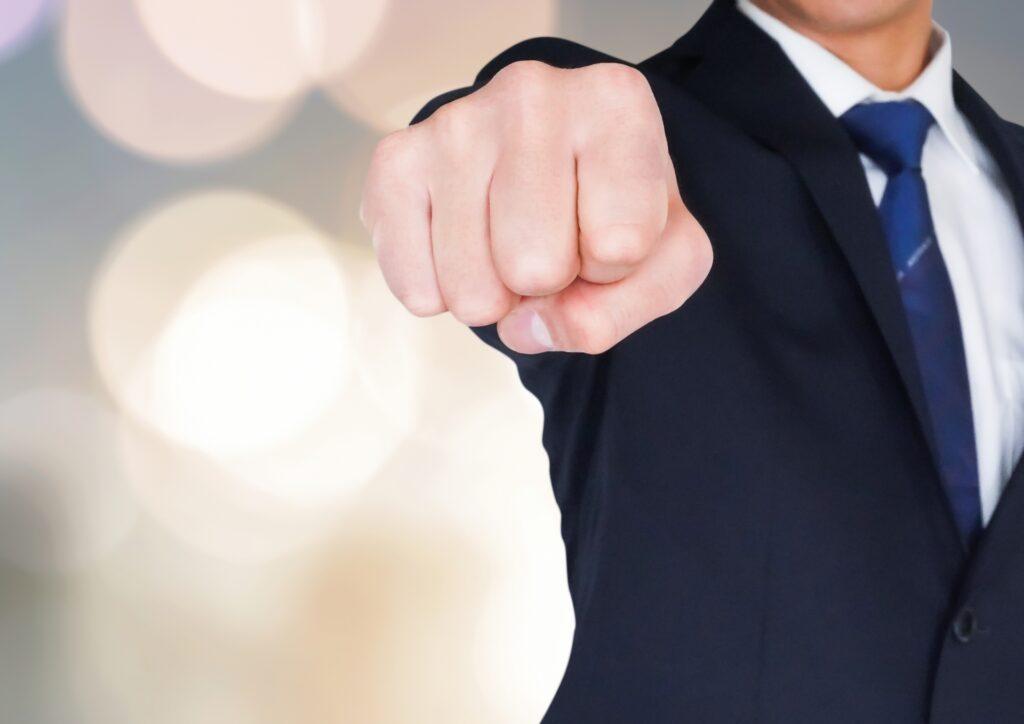 拳を突き出す男性ビジネスマン