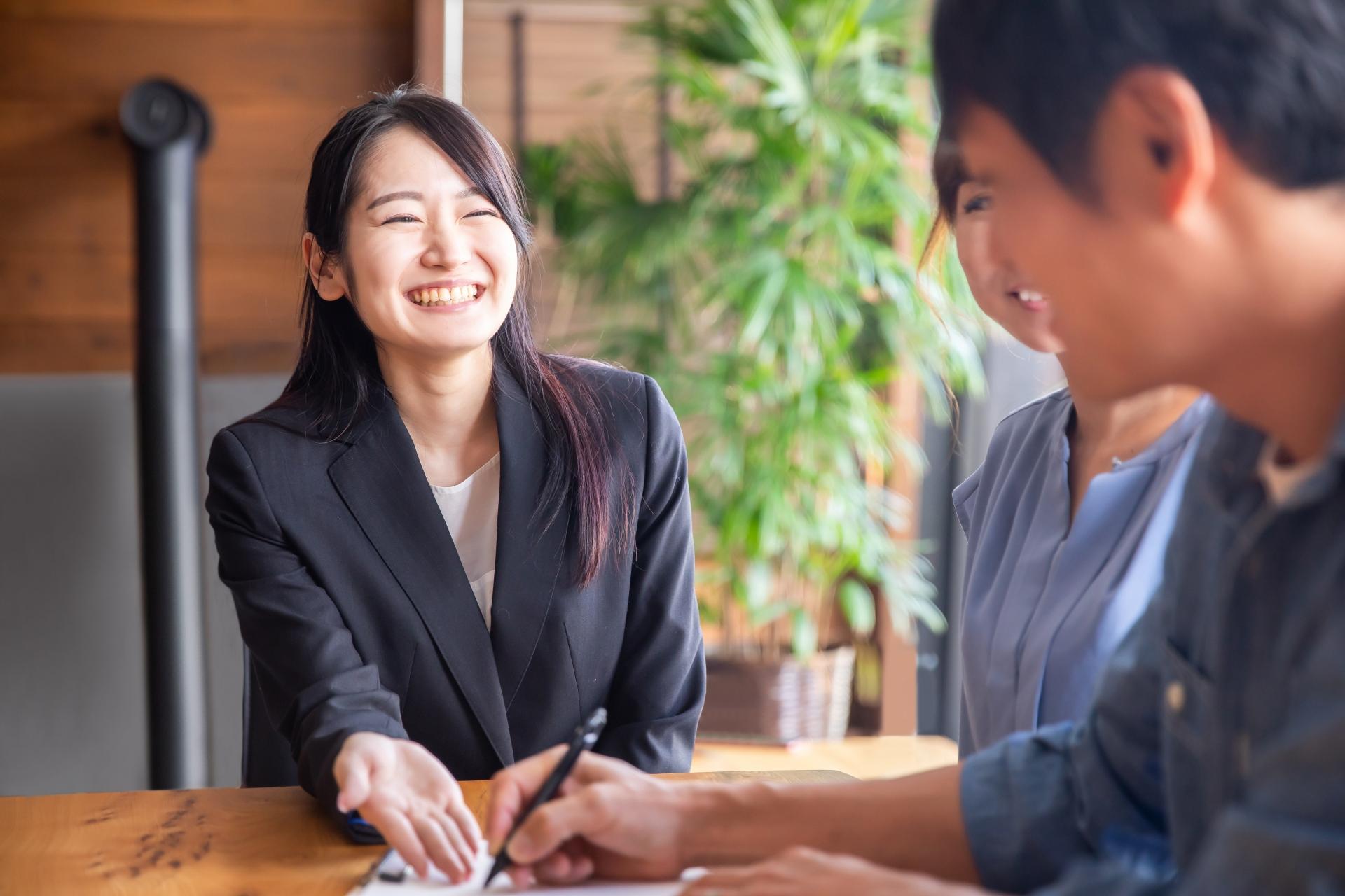 商談中のスーツ姿の女性