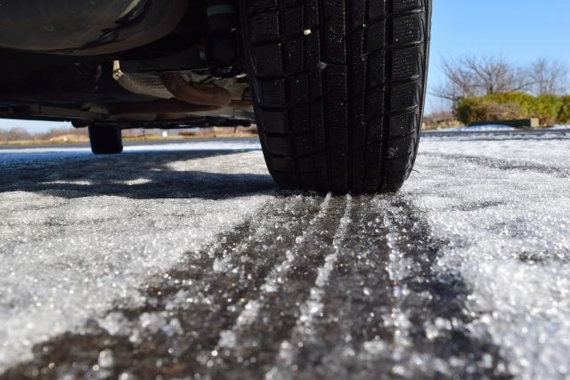 雪道を走るスタッドレスタイヤ