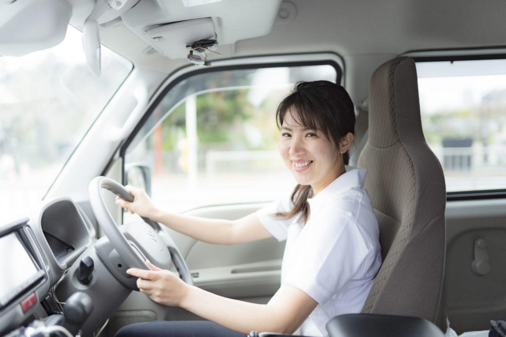 軽貨物車両を運転中の女性ドライバー