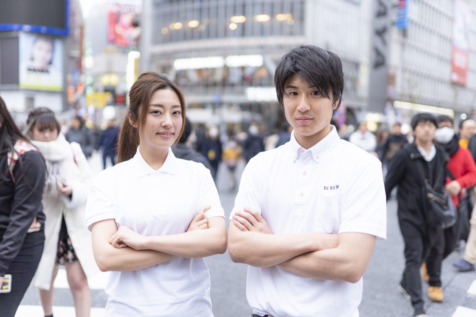 街中で腕組みのポーズを取る若い男女のドライバー