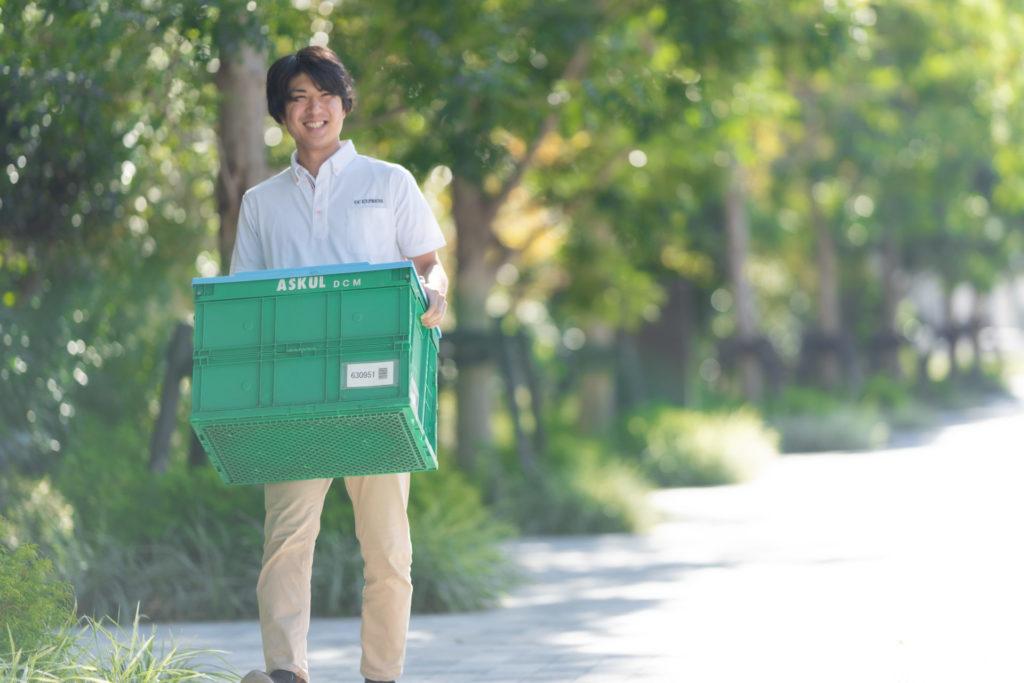 荷物を運ぶ軽貨物ドライバーの男性