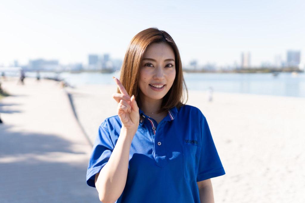 指さしをする若い女性