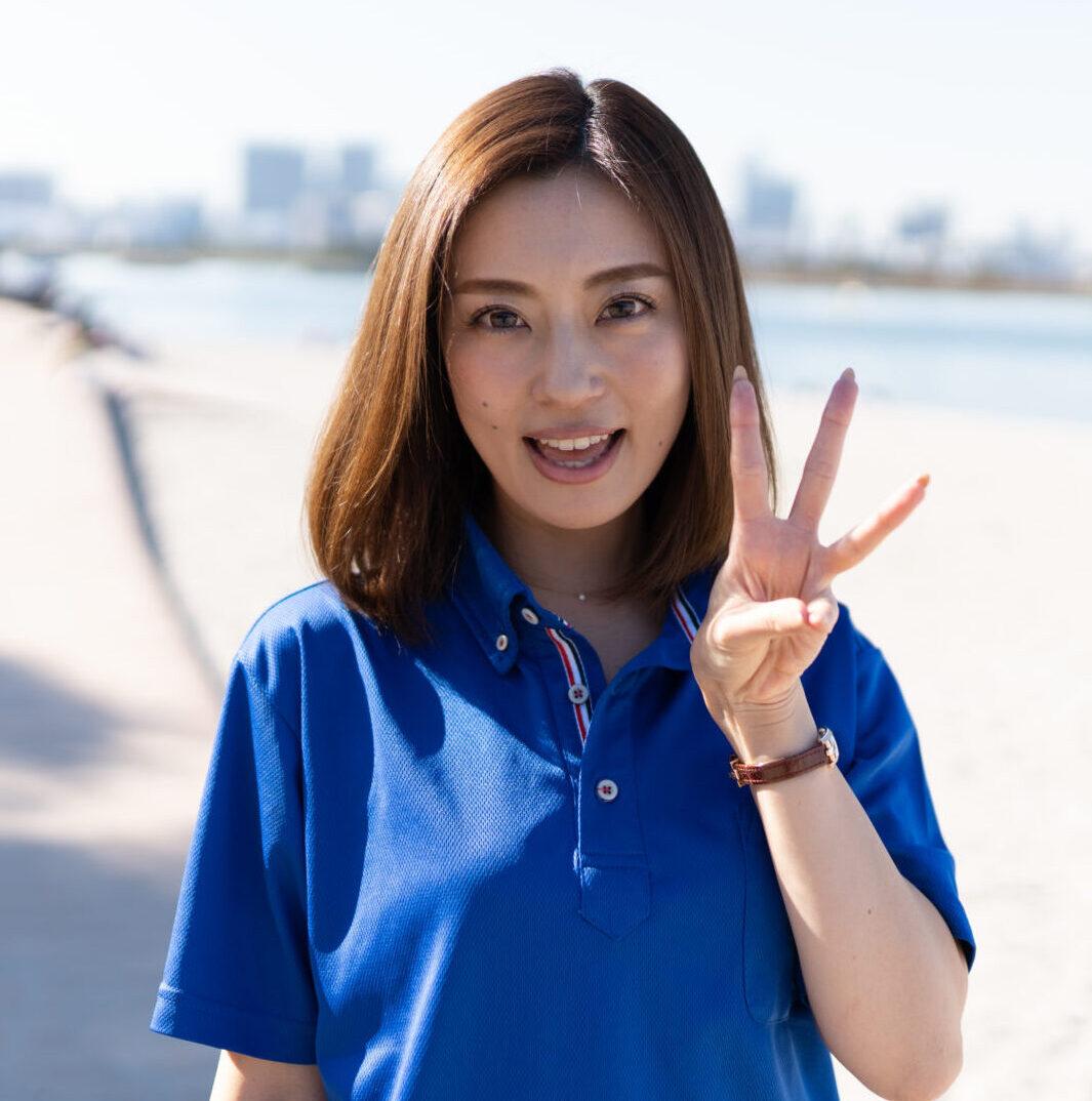 三本の指を立てる若い女性の軽貨物ドライバー