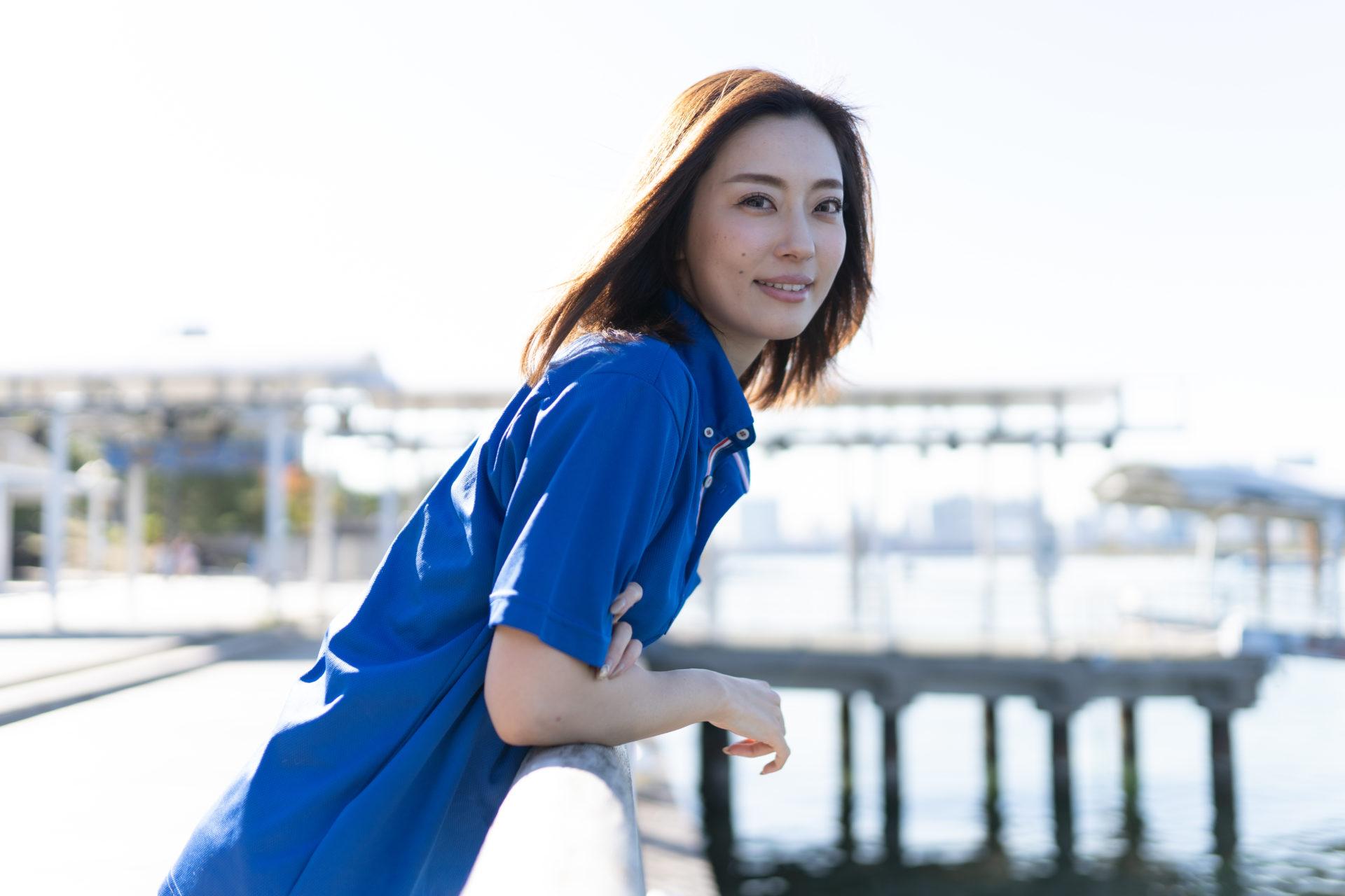 水辺でポーズを取る若い女性