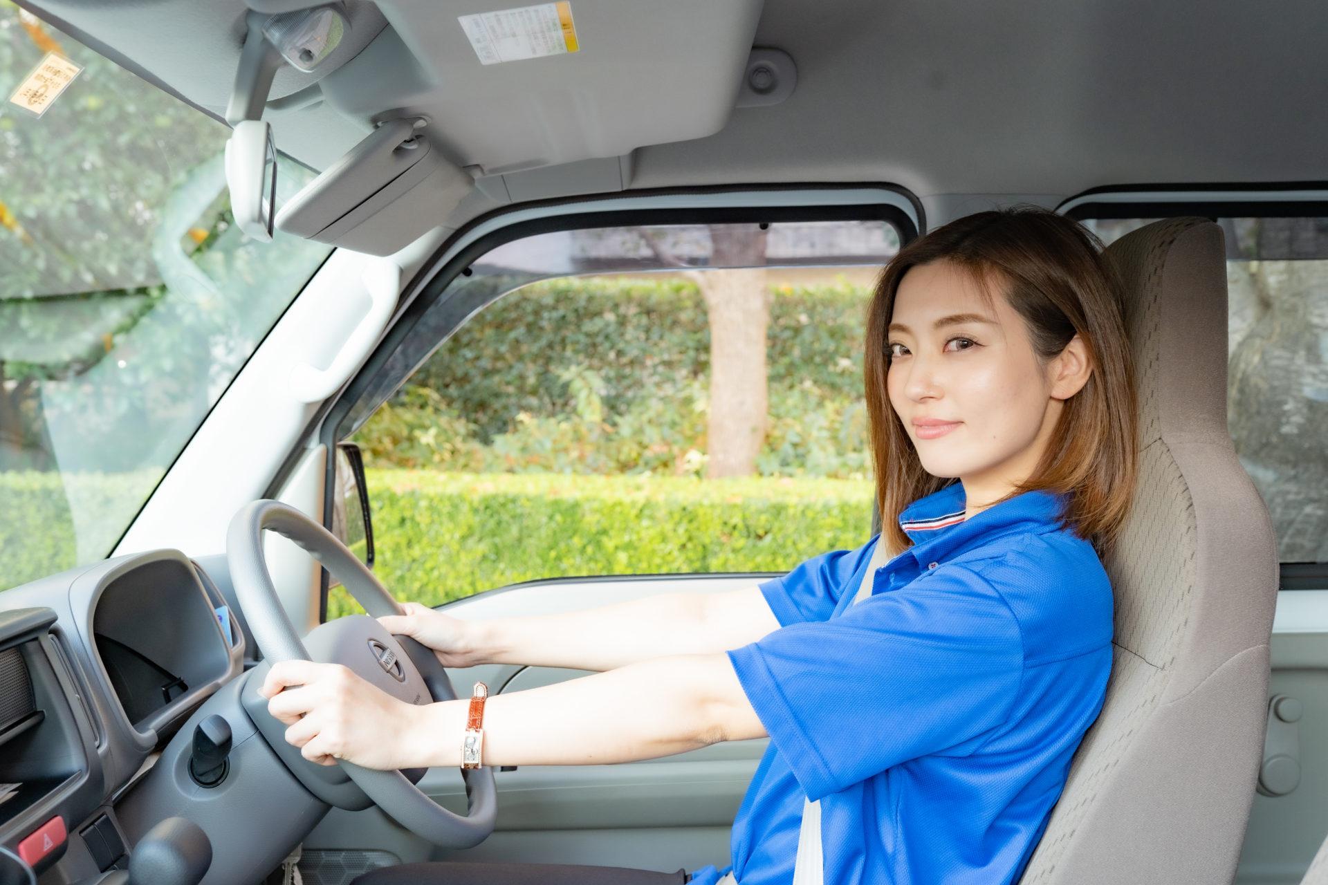 運転している若い女性ドライバー